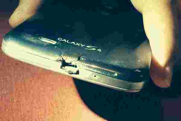 Burnt Galaxy S4所有者通过HTC提供了一个新的一个m8